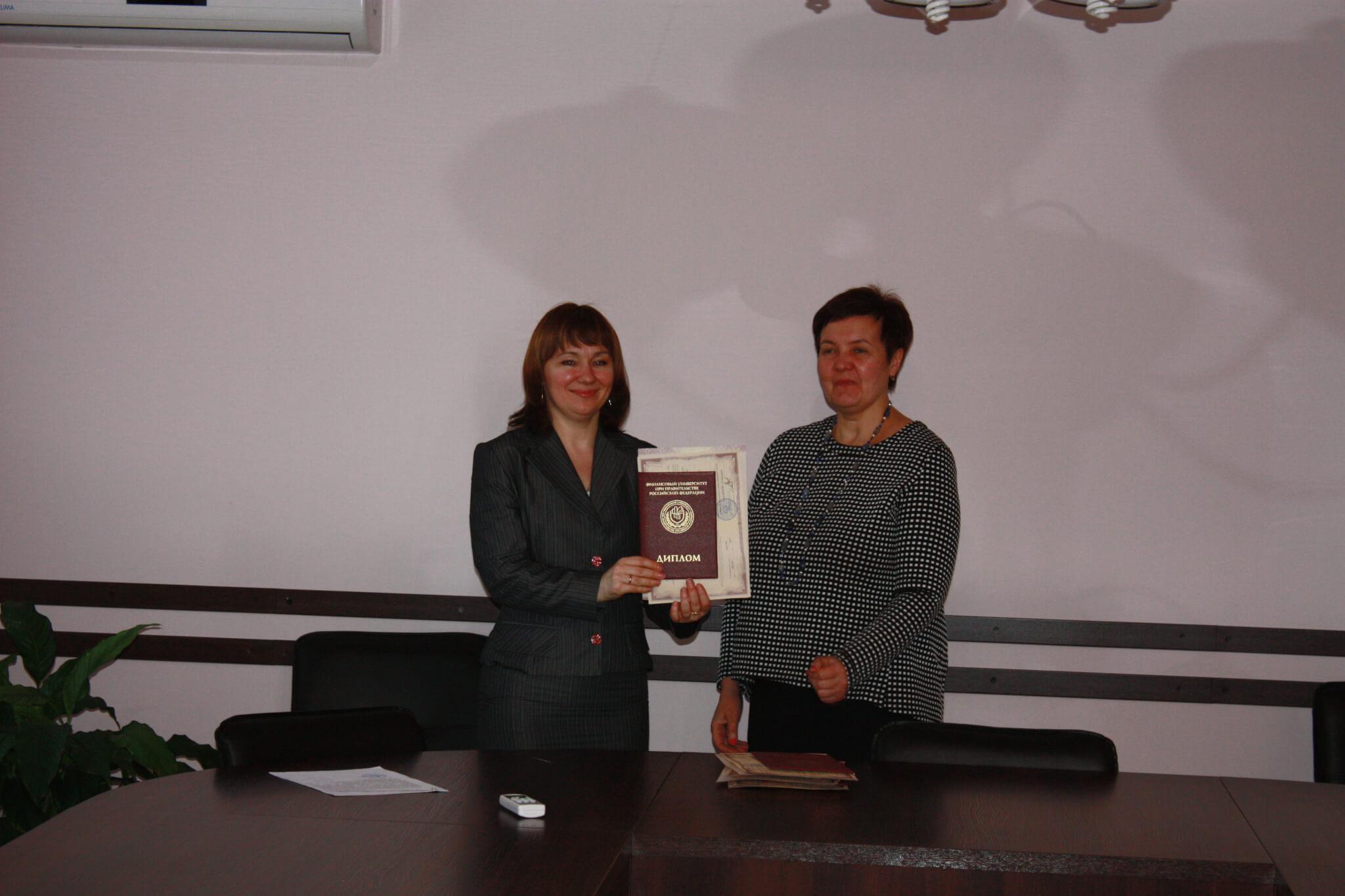 Вручение диплома Финансового университета при Правительстве РФ